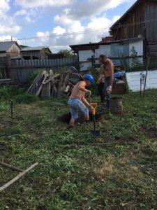 Рабочие копают колодец